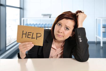 젊은 슬프고 좌절 된 사업 여자 도움말을 요구하는 현대 officerwindow 룸에서 스트레스에서 작업 작업 문제 및 초과 작업 부하 개념에서 피곤 하 고 고통  스톡 콘텐츠