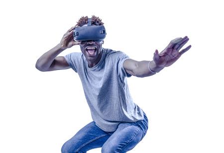 joven excitado emocionado hombre afroamericano disfrutando feliz jugando con gafas de realidad virtual de la tableta 3d de juego en el entretenimiento y el concepto de realidad virtual fondo aislado Foto de archivo