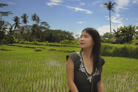 young beautiful Asian Chinese tourist exploring jungle and rice field pad area in Bali Indonesia relaxed and happy enjoying holidays trip in tourism and beauty tropical destination concept Banco de Imagens - 95932118