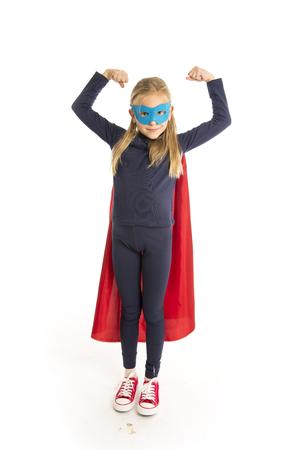 7 ou 8 ans jeune adolescent jeune fille en costume super héros et heureux isolé en arrière-plan sur le leadership blanc frère et le concept de fantaisie de travail Banque d'images