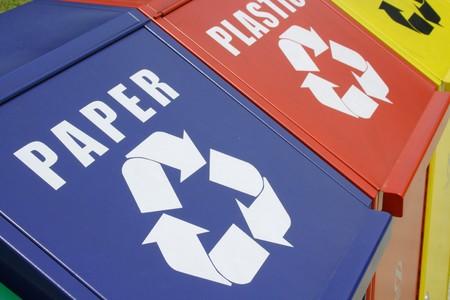 reciclar basura: Papeleras de reciclaje Foto de archivo