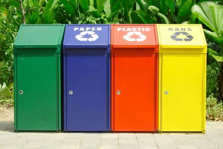 reciclaje papel: Papeleras de reciclaje Foto de archivo