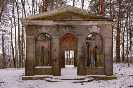 Russia, Vasilyevskoye, Herzen's estate, December 2019. The remains of an old dilapidated building in a winter park. Redactioneel