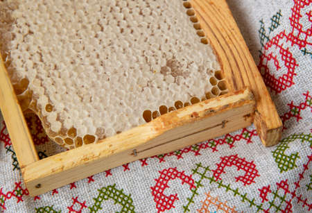 Fresh honeycombs lie on the linen tablecloth. Photographed from above, the concept of healthy eating. Imagens