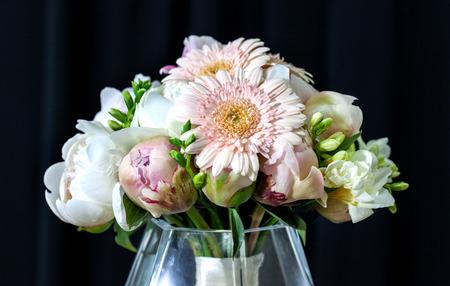 pfingstrosen: Blumenstrau� der wei�en Pfingstrosen mit Gerbera