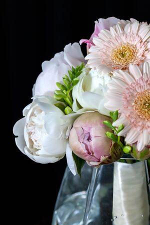 pfingstrosen: Blumenstrauß der weißen Pfingstrosen mit Gerbera
