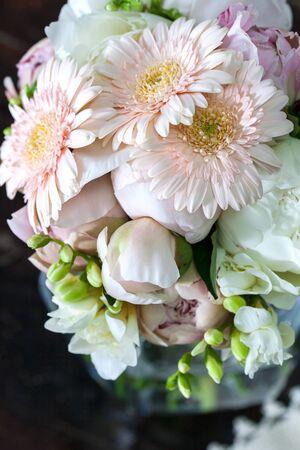 pfingstrosen: bouquet of white peonies with gerberas