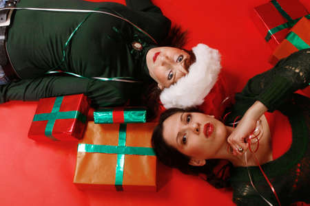 Dos mujeres j�venes, se est�n preparando para Navidad