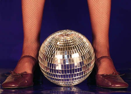 Zapatos de baile antiguo y un espejo de bolas