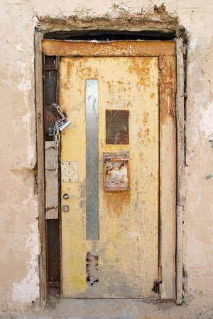 Old puerta cerrada, muy antiguo, muy oxidado