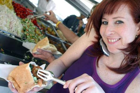 Comer Falafel, mientras que habla en el tel�fono m�vil.