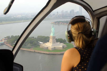 Paseo del helic�ptero sobre la estatua de la libertad