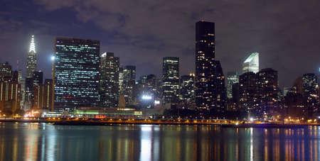 Nueva York del horizonte por la noche