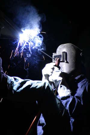 Un soldador, que trabajan por la noche.