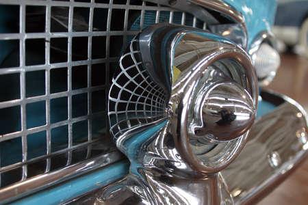 Anticuarios  viejo coche de color turquesa parrilla  Foto de archivo