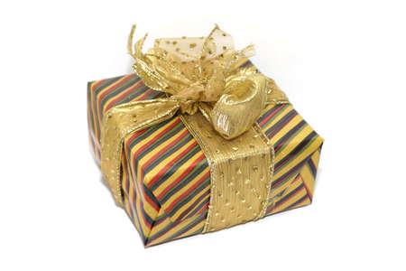 Un regalo, pintorescos envuelta con una cinta dorada. someras DOF