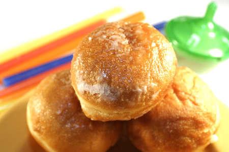 Hanukkah Donut, eine driedel und einige Kerzen. Standard-Bild