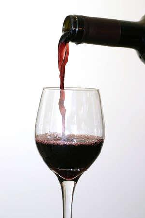 Verter el vino tinto.