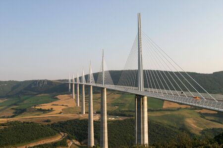 El puente de Millau - el mundo  's m�s alto puente en el sur de Francia.  Foto de archivo