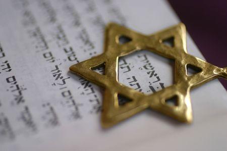 Ein Golden Star of David, ein jüdisches Symbol, über das erste Wort des Buches Genesis.