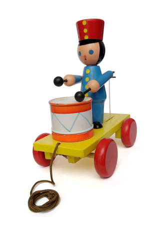 Old retro de juguetes sobre ruedas (baterista), a lo largo de blanco