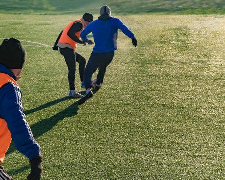 Moskau, Russland - 16. März 2018: Amateurfußballspiel auf der Straße in Moskau. Erwachsene spielen Fußball im Freien auf einem kleinen Spielfeld. Horizontal
