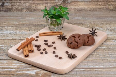 Homemade cookies and spices on the Board. Stockfoto