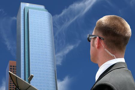 guarda de seguridad: Agente de la seguridad que mira centro de la ciudad