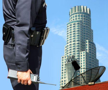 garde corps: Agent de s�curit� observant le centre-ville
