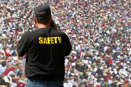 servicios publicos: Suceso de público viendo agente de seguridad Editorial