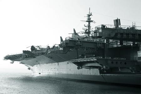 Porte-avions dans l'océan