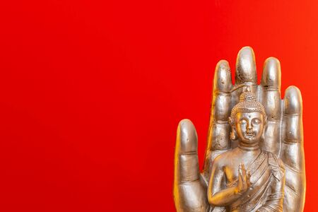 Buddha statue on red background. Standard-Bild