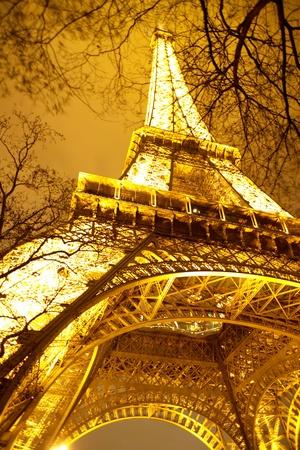 Par�s, Francia - 31 de diciembre 2006 Torre Eiffel iluminada en la noche en el editorial de rana �nica perspectiva Foto de archivo - 13307158