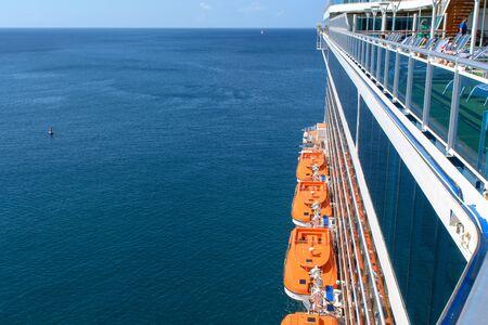 Blick vom Schiff auf den Meereshorizont. Deckgeländer und Rettungsboote