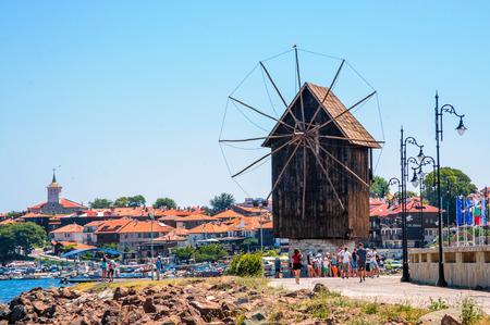 Panorama van de Nesebar-windmolen en het oude stadspanorama op de achtergrond. Bulgarije. Zwarte Zee. Zonnig strand