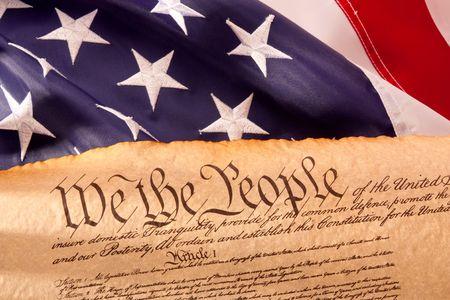 constitucion: Fashionet vieja Constituci�n de Estados Unidos con la bandera de Estados Unidos.