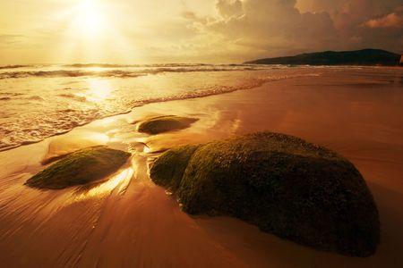 atmosfera: Hermosa puesta de sol en el mar