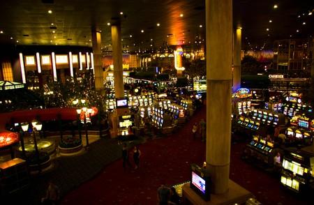 proceeds: LAS VEGAS - el 1 de mayo: El juego contin�a tanto en el d�a y la noche sin interrupci�n en salas de juegos de Nueva York Hotel & Casino el 1 de mayo de 2007 en Las Vegas.  Editorial