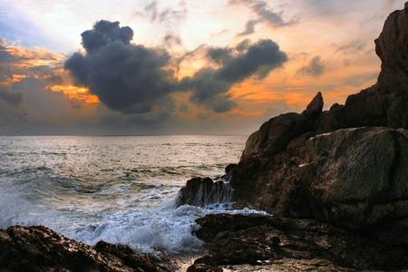 熱帯の海でカラフルな夕日。タイ