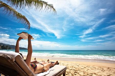Relaks i czytanie na plaży  Zdjęcie Seryjne