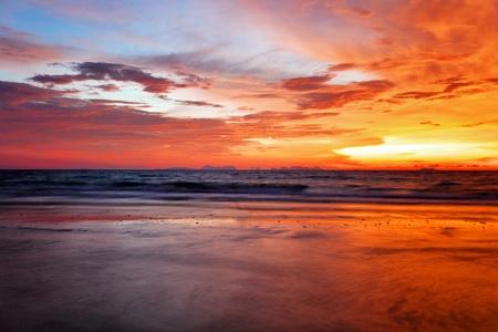 Atardecer colorido tropical en la playa. Tailandia  Foto de archivo