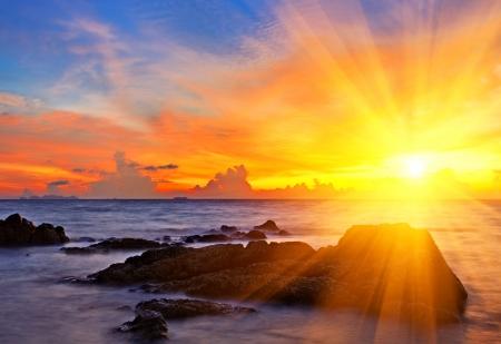 puesta de sol: Atardecer colorido tropical en la playa tropical. Tailandia