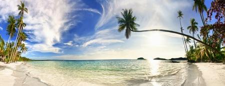 panorama beach: Cucita panorama della spiaggia esotica tropicale sotto il cielo blu. Thailandia Archivio Fotografico