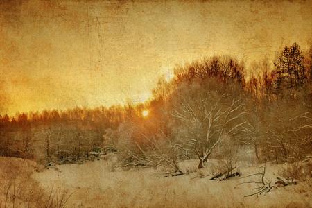 january sunrise: Puesta de sol en el campo de invierno en el estilo grunge. la naturaleza de fondo