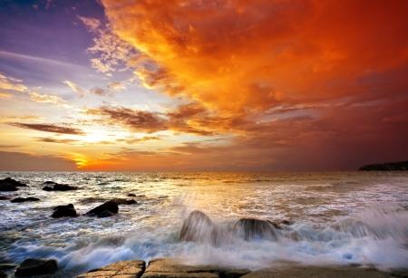 日没時の熱帯のビーチ。自然の背景 写真素材 - 10654881