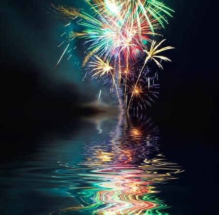 Kolorowe fajerwerki nad jeziorem w nocy