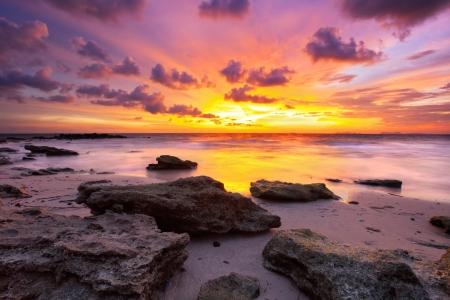 puesta de sol: Playa tropical al atardecer hermoso. La naturaleza de fondo