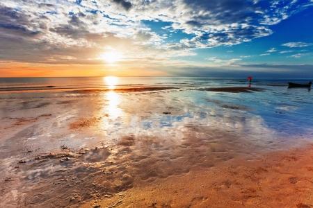 Tropisch strand op prachtige zonsondergang. Natuur achtergrond