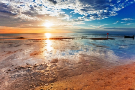 Tropischer Strand bei Sonnenuntergang. Natur Hintergrund Standard-Bild - 12472600