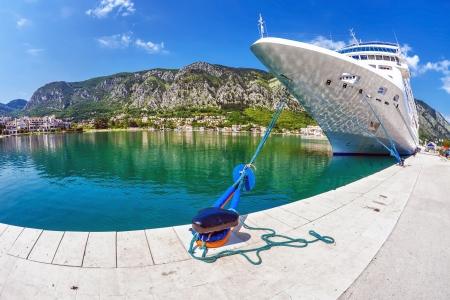 cruiseschip in de haven van Kotor Montenegro